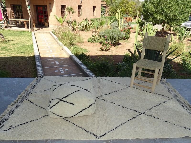 Kissen-Decken-Bettdecken-Poufs Poufs und Kissen aus Beni Ourain Teppich PBOA   on a  beni ourain rug
