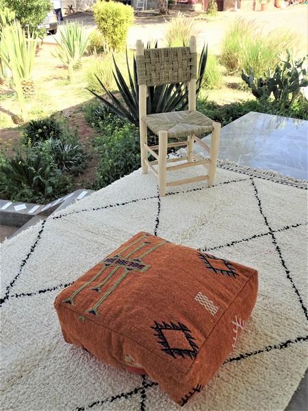 Kissen-Decken-Bettdecken-Poufs Poufs aus kelim oder sabra Teppich PKC pouf PKC on a rug