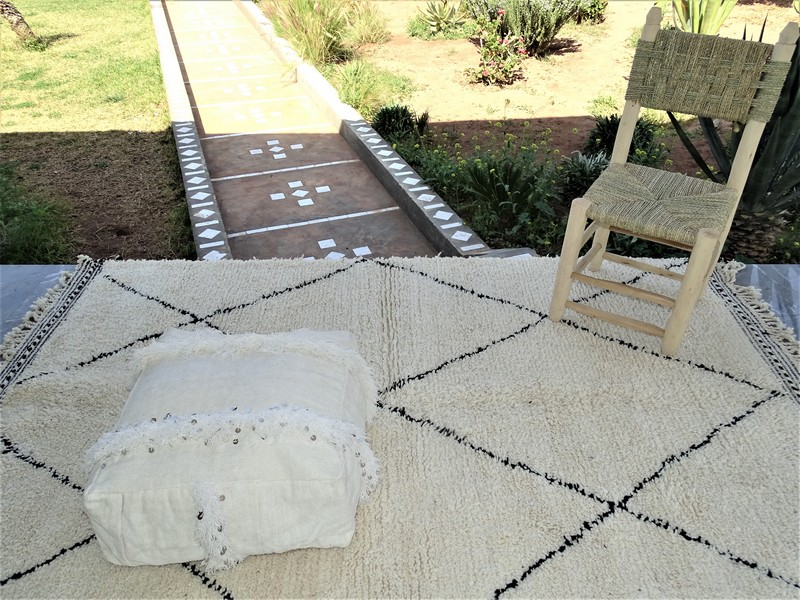 Kissen-Decken-Bettdecken-Poufs Poufs aus kelim oder sabra Teppich PKD pouf PKD on a rug